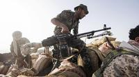 Seorang pejuang Yaman yang didukung oleh koalisi pimpinan Arab Saudi bersiap untuk menembakkan senjatanya selama bentrokan dengan pemberontak Houthi di garis depan Kassara dekat Marib, Yaman, 20 Juni 2021. (AP Photo/Nariman El-Mofty)