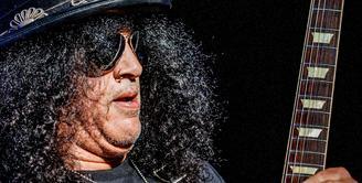 Mantan gitaris band rock legendaris Guns N Roses, Slash sedang melakukan tur di dua kota di India. Ia mengatakan ingin menikmati makanan tradisional India di antara sejumlah hal lainnya selama tinggal di India. (Bintang/EPA)