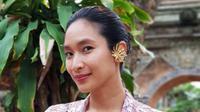 Tak hanya itu, Happy Salma juga sering menjalani pemotretan dengan berdandan seperti wanita Indonesia. (Foto: instagram.com/happysalma)