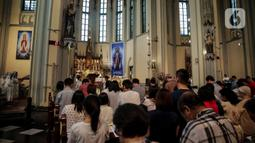 Romo memimpin misa malam Natal di Gereja Katedral, Jakarta, Selasa (24/12/2019). Jemaat memenuhi area dalam dan luar gereja. (Liputan6.com/Faizal Fanani)