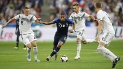 Di usia yang masih sangat muda saat itu, ia sudah mendapat kepercayaan Didier Deschamps untuk mengisi slot di lini depan Timnas Prancis. (AP/Christophe Ena)