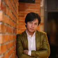 """Gue sebagai Bara atau Mahesa. Di sini ceritanya dia disuruh kuliah sama orangtuanya. Tapi karena dia memilih jalan hidupnya sendiri, dia keluar kuliah dan mencari jalannya sendiri, lagi mencari jati dirinya,"" lanjutnya. (Adrian Putra/Bintang.com)"