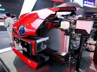 Tampilan sisi mobil hybrid electric vehicle (HEV) Toyota Prius Gen-4 X-Ray cut body yang dipamerkan dalam GIIAS 2019 di ICE BSD, Tangerang, Jumat (19/9/2019). Mobil Toyota Prius Gen-4 X-Ray menerapkan teknologi ramah lingkungan atau green technology. (Liputan6.com/Ferbian Pradolo)