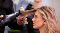 Sekarang Anda bisa mengeringkan dan menyehatkan rambut dalam satu cara praktis, serta cepat, penasaran bagaimana? Simak di sini.
