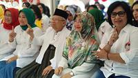 Calon Wakil Presiden nomor urut 1 Ma'ruf Amin menghadiri Deklarasi Perempuan Indonesia untuk Jokowi-Ma'ruf Amin (P-IJMA) bersama istrinya. (Liputan6.com/Putu Merta)