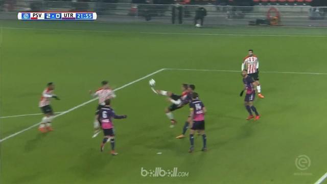 Luuk de Jong dan Steven Bergwijn berhasil mencetak gol brilian kala pimpinan klasemen sementara Eredivisie, PSV Eindhoven menghaja...