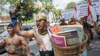 Kopral Bagyo memperingati Hari Buku Sedunia dengan kostum Hanoman sembari membagikan buku kepada penarik becak dan warga di sepanjang Jalan Slamet Riyadi, Solo, Senin (23/4).(Liputan6.com/Fajar Abrori)