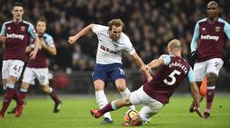 Pemain West Ham United, Pablo Zabaleta (2kanan) menghalau bola sepakan pemain Tottenham, Harry Kane (tengah) pada lanjutan Premier League di Wembley Stadium, London, (4/1/2018). Spurs bermain imbang 1-1 kontra West Ham. (AFP/Glyn Kirk)