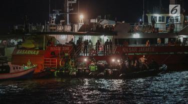 Anggota Basarnas dibantu TNI dan Polri mencari puing serta korban pesawat Lion Air JT 610 di perairan Karawang, Jawa Barat, Senin (29/10). Pencarian terus dilakukan hingga malam hari. (Liputan6.com/Faizal Fanani)