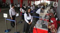 Peserta memvalidasi data diri sebelom mengikuti proses Tes Standar Kompetensi Dasar (SKD) CPNS di BKN, Jakarta, Kamis (2/9/2021). Sebanyak 800 peserta mengikuti tes yang dibagi dua sesi dan menerapkan protokol kesehatan yang ketat. (Liputan6.com/Herman Zakharia)