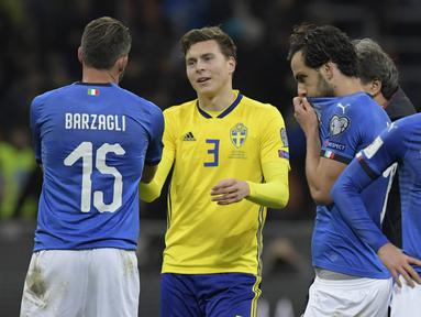Pemain Italia tampak kecewa usai ditahan imbang Swedia pada laga leg kedua playoff Piala Dunia 2018, di Stadion Giuseppe Meazza, Senin (13/11/2017). Italia bermain imbang 0-0 dengan Swedia. (AFP/Miguel Medina)