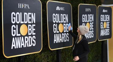 Pekerja menyiapkan area karpet merah Golden Globe Awards 2019 di The Beverly Hilton, Beverly Hills, California, Sabtu (5/1). Sejumlah bintang Hollywood akan hadir pada penghargaan tahunan paling bergengsi bagi industri perfilman ini. (Mark RALSTON/AFP)