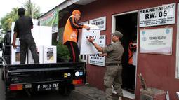 Petugas Satpol PP dan PPSU saat mendistribusikan logistik Pemilu 2019 ke wilayah RW di Kelurahan Palmeriam, Kecamatan Matraman, Jakarta, Selasa (16/4). Pendistribusian logistik pemilu 2019 untuk calon presiden dan legislatif sudah mencapai 99 persen. (merdeka.com/Iqbal S Nugroho)