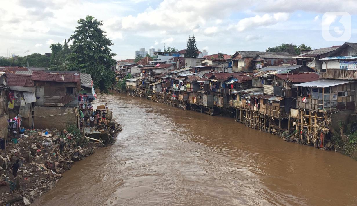 Deretan permukiman warga di bantaran Sungai Ciliwung kawasan Manggarai, Jakarta, Rabu (19/2/2020). Gubernur DKI Jakarta Anies Baswedan mengatakan Jakarta berhasil mencapai persentase penduduk miskin terkecil dalam lima tahun terakhir, 3,42 persen pada tahun 2019. (Liputan6.com/Immanuel Antonius)