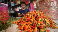 Pedagang cabai menunggu pembeli di pasar Kebayoran Lama, Jakarta, Kamis (6/2/2020). Harga cabai dan bawang putih mengalami kenaikan hingga mencapai dua kali lipat akibat musim hujan. (Liputan6.com/Angga Yuniar)