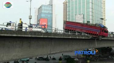 Tabrak pembatas jalan layang Tol Dalam Kota Slipi, Jakarta Barat, sebuah truk tanpa muatan nyaris terjun bebas.