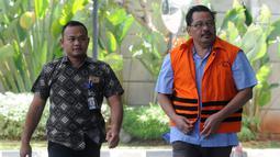 Tersangka Kepala Dinas Pekerjaan Umum (PU) Kabupaten Tulungagung Sutrisno (kanan) tiba di Gedung KPK, Jakarta, Jumat (3/8). Sutrisno dalam waktu dekat akan segara disidangkan. (Merdeka.com/Dwi Narwoko)