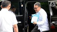 Menteri ESDM Arifin Tasrif (kanan) turun dari mobil saat tiba di Gedung KPK, Jakarta, Kamis (5/3/2020). Arifin Tasrif akan menggelar rapat koordinasi dengan Pimpinan KPK membahas pengelolaan sampah menjadi tenaga listrik untuk menghindari praktik tindak pidana korupsi. (merdeka.com/Dwi Narwoko)