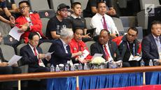Presiden RI, Joko Widodo atau Jokowi (tengah depan) menyaksikan langsung partai puncak Taekwondo Women Individual Poomsae di Jakarta Convention Center, Minggu (19/8). (Liputan6.com/Helmi Fithriansyah)