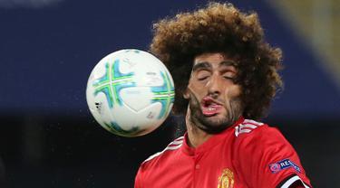 Mimik wajah gelandang Manchester United (MU), Marouane Fellaini saat terkena benturan bola dalam laga Piala Super Eropa melawan Real Madrid di Macedonia, Selasa (8/8). Foto wajah Fellaini yang menjadi aneh itu viral di media sosial. (AP/Boris Grdanoski)