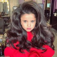 Baru melihat fotonya saja, semua pasti tahu kalau gadis cilik ini memiliki rambut yang panjang dan tebal yang jadi impian banyak perempuan di luar sana. (Instagram/@miaaflalo)