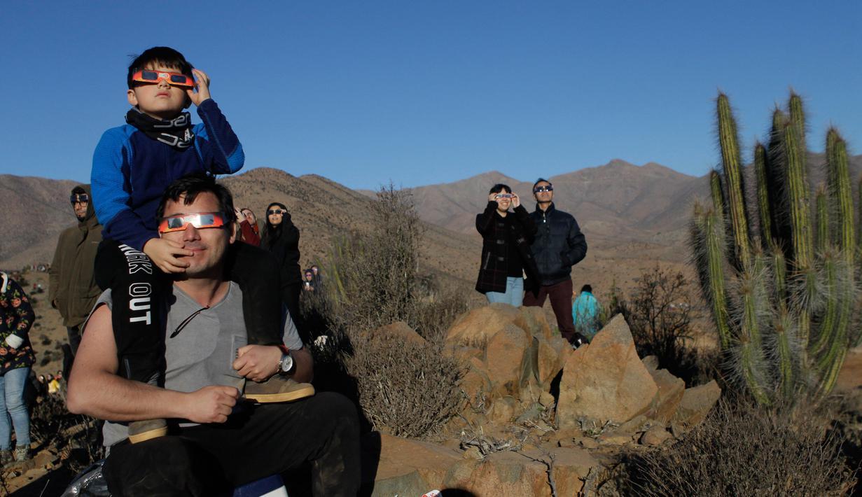 Warga menyaksikan gerhana matahari total di La Higuera, Chile, Selasa (2/7/2019). Puluhan ribu turis dan penduduk setempat menatap ke angkasa untuk melihat fenomena gerhana matahari total. (AP Photo/Esteban Felix)