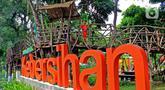 Anak-anak menikmati fasilitas Rumah Pohon di Taman Kebersihan 3, Cengkareng Barat, Jakarta, Rabu (22/1/2020). Taman Kebersihan 3 dilengkapi Rumah Pohon yang memanfaatkan hasil pemangkasan pohon dan tidak menggunakan APBD. (merdeka.com/Magang/Muhammad Fayyadh)