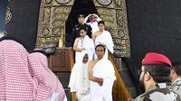 Presiden Joko Widodo didampingi Ibu Iriana Jokowi bersama kedua putranya keluar dari dalam Kakbah saat menunaikan ibadah umrah di Mekkah, Arab Saudi, Senin (15/4). Pada kesempatan itu Jokowi, Ibu Iriana dan rombongan terbatas berkesempatan masuk ke dalam Kakbah. (Liputan6.com/Pool/Biro Pers Setpres)
