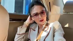 Melalui akun Instagram pribadinya, Yuni Shara cukup sering mengunggah gaya penampilannya. Bahkan, wanita 49 tahun ini tetap terlihat menawan saat menggunakan blazer. (Liputan6.com/IG/@yunishara36)