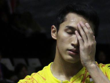 Tunggal putra Indonesia, Jonatan Christie, tampak lelah saat melawan tunggal Denmark pada Indonesia Masters 2019 di Istora Senayan, Jakarta, Sabtu (26/1). Jonatan gagal ke final. (Bola.com/Yoppy Renato)