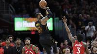 Aksi bintang Cleveland Cavaliers, LeBron James (23) melepaskan tembakan melewati adangan dua pemain Raptors pada gim keempat semifinal Wilayah Timur NBA playoff di Quicken Loans Arena, Cleveland, (7/5/2018). (AP/Tony Dejak)