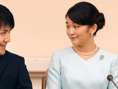 Putri sulung Pangeran Akishino, Putri Mako dan kekasihnya, Kei Komuro saling bertatapan saat mengumumkan pertunangannya di Tokyo, Jepang, (3/9). Cucu tertua Kaisar Akihito ini bertunangan pada 3 September 2017. (AFP Photo/Pool/Shizuo Kambayashi)