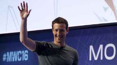 Pendiri sekaligus CEO Facebook, Mark Zuckerberg melambaikan tangan saat menghadiri Mobile World Congress di Barcelona, Spanyol, Senin (22/2). (REUTERS/Albert Gea)
