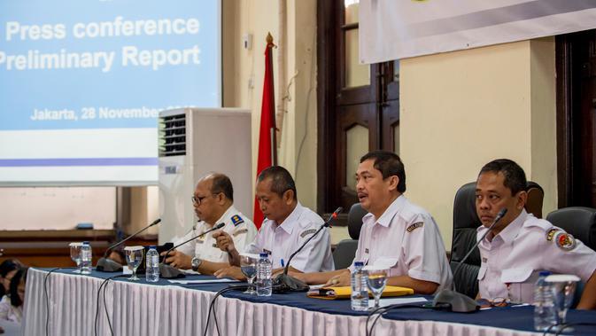 Komite Nasional Keselamatan Transportasi (KNKT) merilis temuan awal jatuhnya pesawat Lion Air PK-LQP di Jakarta, Rabu (28/11). Laporan awal mengungkap menit-menit terakhir sebelum pesawat Lion Air jatuh pada 29 Oktober lalu. (Bay ISMOYO/AFP)
