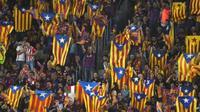 TERANCAM HUKUMAN - Barcelona terancam hukuman dari UEFA usai suporternya membentangkan bendera Estelada. (Marca)