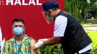 Raffi Ahmad menerima vaksin Covid-19 dosis kedua. (tangkapan layar YouTube/ Sekretariat Presiden)