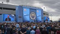 Ratusan fans memadati areal perkenalan Pep Guardiola dan pemain muda Manchester City di City Football Academy, Manchester, (3/7/2016). (AFP/Oli Scarf)