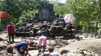 Proses ekskavasi dilakukan tim arkeolog dari Balai Arkeologi DIY bersama warga di sekitar Candi Sirih Watu Kelir, Weru, Sukoharjo, Senin (6/5/2019). (Solopos/Indah Septiyaning W.)