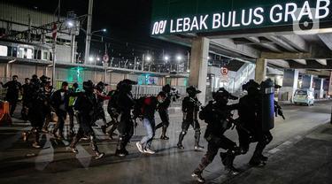 Tim Brimob Kelapa Dua Mabes Polri bersenjata lengkap melakukan aksi penyelamatan sandera saat simulasi penanggulangan teror di Stasiun MRT Lebak Bulus, Jakarta, Rabu (16/12/2020). Aksi tersebut untuk mengecek kesiapan anggota menghadapi ancaman kejahatan berkadar tinggi. (Liputan6.com/Faizal Fanani)