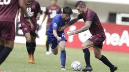 Bek PSM Makassar, Aaron Evans, menghadang striker Lao Toyota FC, Rafael Rodrigues, pada laga Piala AFC 2019 di Stadion Pakansari, Bogor, Rabu (13/3). PSM menang 7-3 atas Lao. (Bola.com/M. Iqbal Ichsan)