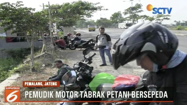 Seorang petani tersungkur setelah sepeda yang ia kendarai tertabrak dari belakang oleh sepeda motor pemudik.