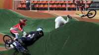 Toni Syarifudin melewati para pebalap yang terjatuh saat berlaga pada kategori BMX Seeding Phase Runs putra di Olympic BMX Centre - Rio de Janeiro, Brasil (18/08/2016). (REUTERS/Eric Gaillard)