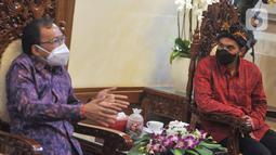 Gubernur Bali Wayan Koster saat berbincang dengan Wakil Ketum Bidang Organisasi, Keanggotaan dan Pemberdayaan Daerah Kadin Anindya Bakrie di Rumah Jabatan Gubernur Bali di Denpasar, Jumat (12/3/2021). Gubernur Bali menyambut positif rencana penyelenggaraan Munas Kadin di Bali.(Liputan6.com/HO/Alwi)