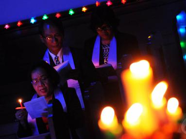 """Umat Kristiani mengikuti misa Natal di Gereja """"Ayam"""" GPIB Pniel, Jakarta, Rabu (24/12/2014). (Liputan6.com/Faisal R Syam)"""