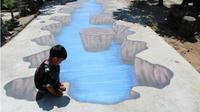 Seorang anak mengamati 3D Street Art di Dusun Penjalinan, RT 02/RW 01 Desa Tawangsari Teras, Kamis (26/7 - 2018). (Solopos/Akhmad Ludiyanto)