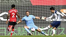 Penyerang Tottenham Hotspur, Son Heung-min, mencetak gol ke gawang Southampton pada laga Liga Inggris di Stadion St. Mary's, Minggu, (20/9/2020). Tottenham menang dengan skor 5-2. (Justin Tallis/Pool via AP)