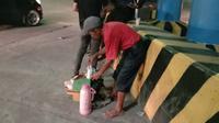 Supardi (73) Pedagang Kopi Keliling Di Pelabuhan Merak, Kota Cilegon, Banten. (Kamis, 24/12/2020). (Yandhi Deslatama/Liputan6.com).