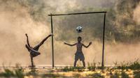 Ilustrasi bermain sepak bola. (Pixabay)