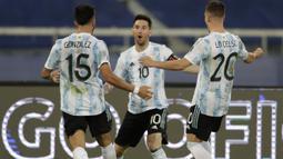 Pada menit ke-33, perjuangan Argentina akhirnya membuahkan hasil. Messi sukses memecah kebuntuan lewat tendangan bebasnya yang menghujam ke sudut kiri atas gawang Chile. Argentina unggul 1-0 atas Chile. Keunggulan ini berakhir hingga peluit akhir babak pertama dibunyikan. (Foto: AP/Silvia Izquierdo)