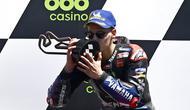 Pembalap Fabio Quartararo melakukan selebrasi usai memenangkan MotoGP Portugal di Sirkuit Algarve International dekat Portimao, Portugal, Minggu (18/4/2021). Fabio Quartararo menjadi juara dan merangsek ke urutan pertama klasemen sementara dengan total 61 poin. (AP Photo/Jose Breton)